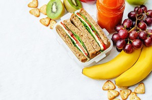 出典https://welq.cdn-dena.com/images/16932/481485076-school-lunch-with-a-sandwich-fresh-fruits-gettyimages.jpg/normal?1445232295