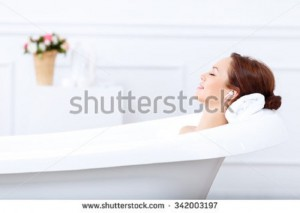出典 https://image.shutterstock.com/display_pic_with_logo/2270597/342003197/stock-photo-just-relax-content-beautiful-young-woman-listening-to-music-and-closing-her-eyes-while-taking-a-342003197.jpg